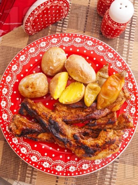Мариновани свински гърди без кост с бира печени на скара с гарнитура от печени картофи - снимка на рецептата